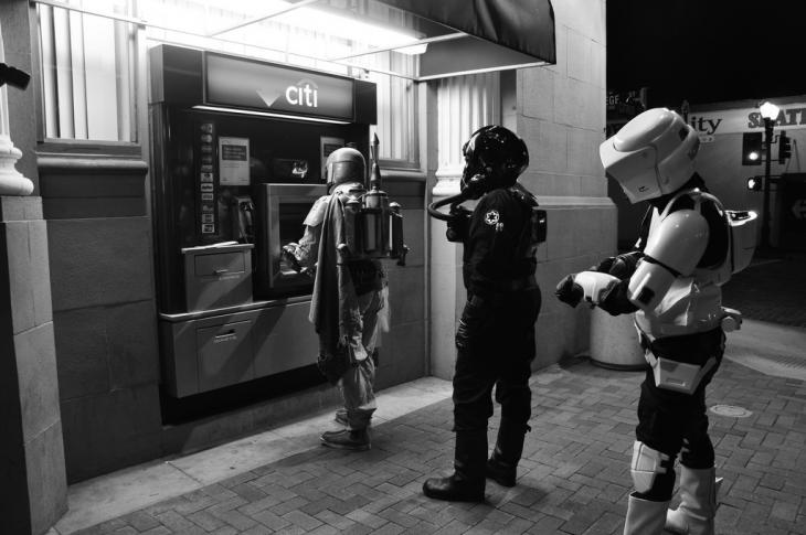 personajes de Star Wars haciendo fila para el cajero