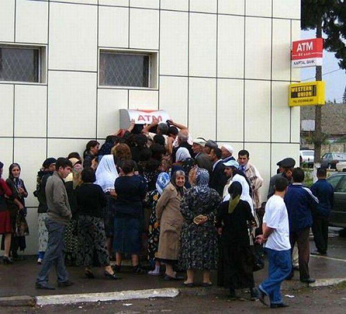 Decenas de personas rodean un cajero automático