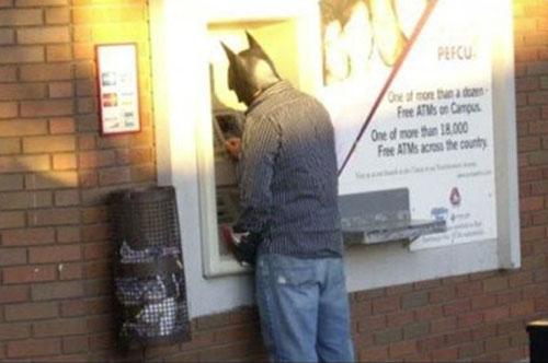 Hombre con la mascara de Batman retirando efectivo
