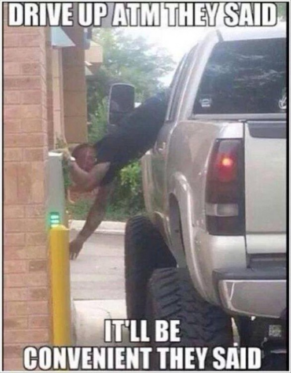 hombre tiene que sacar todo su cuerpo de la camioneta para poder retirar del auto servicio del cajero automático