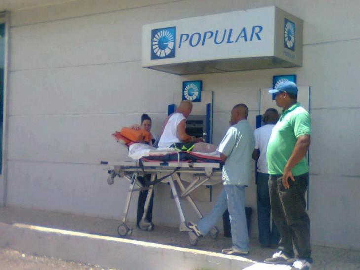 hombre en camilla retirando dinero del cajero