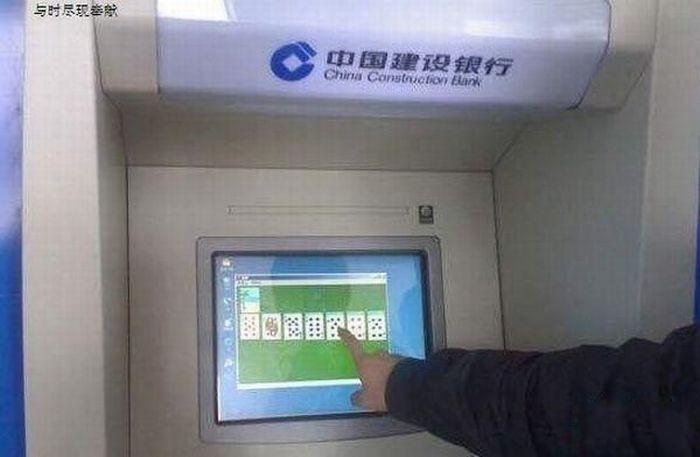 Pantalla de cajero automático con el juego de solitario
