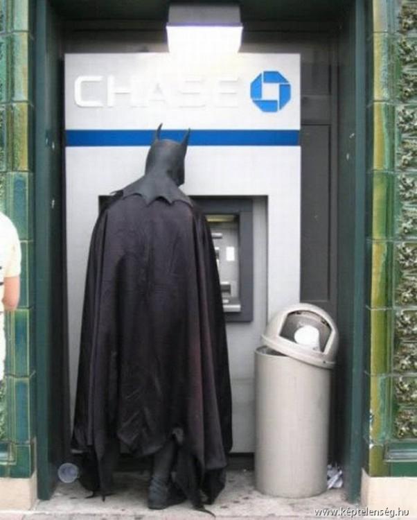 batman retirando dinero de un ATM