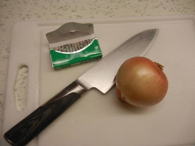 foto de chicles trident con cuchillo y cebolla
