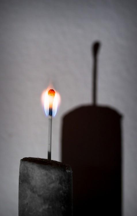 vela prendida, el fuego no tiene sombra