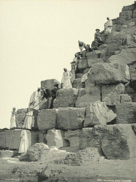 escalando una de las pirámides