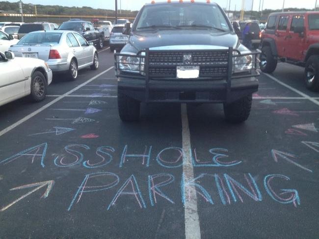 Se estaciona donde se le antoja