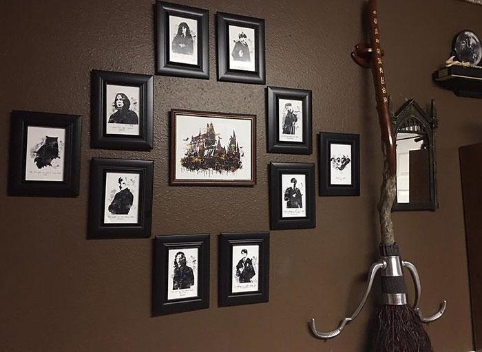cuarto decorado de harry potter con fotografias de personajes y una escoba para jugar quiditch