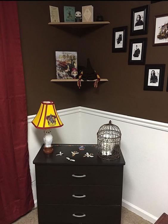 cuarto decorado harry potter jaula y lampara de lechuzas