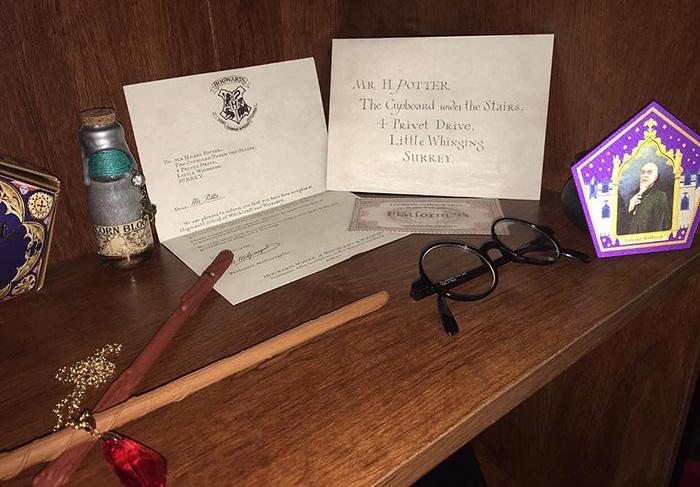 cuarto decorado harry potter, carta de admisión en Hogwarts al número 4 de Privet Drive