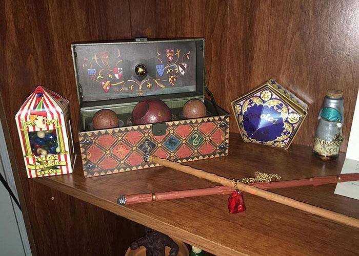 cuarto decorado harry potter dulces, varitas y pelotas del juego de quiditch
