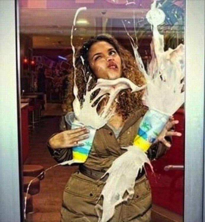 mujer choca en vidrio de tienda