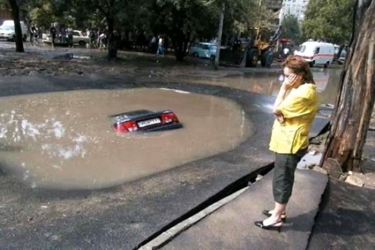 carro sumido en un bache