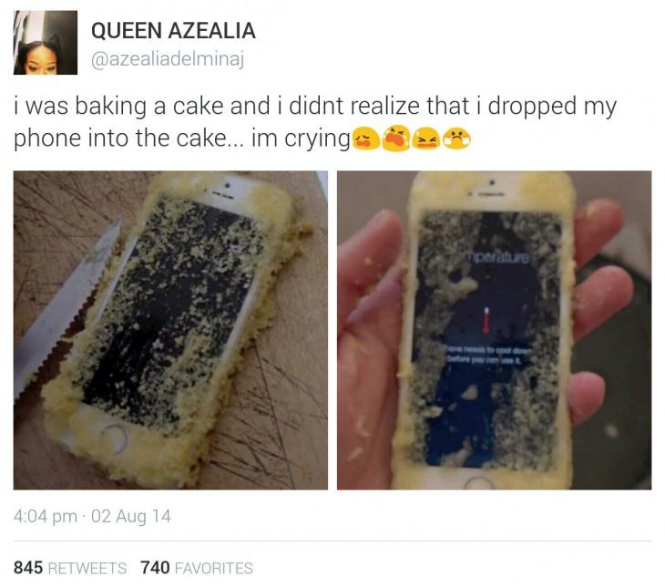 celular dentro de un pastel horneándose