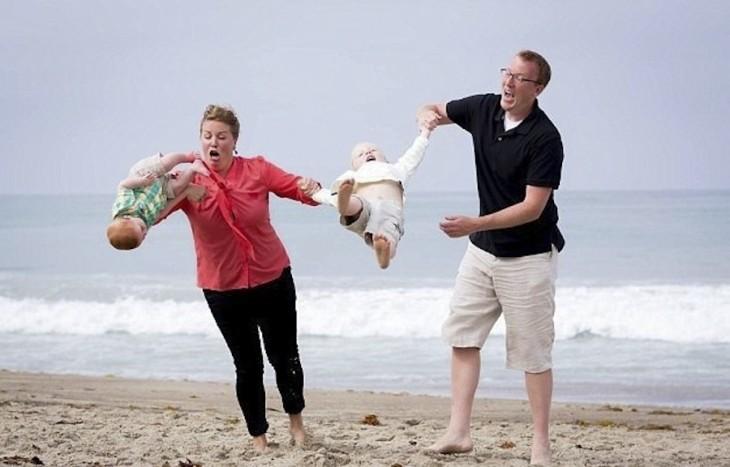 bebé se cae de los brazos de mamá