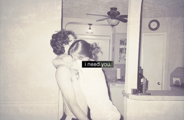 novios abrazado, te necesito