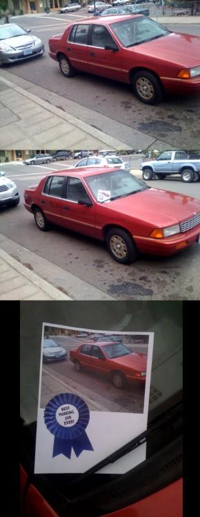 carro rojo ganador por estacionarse lejos de la banqueta