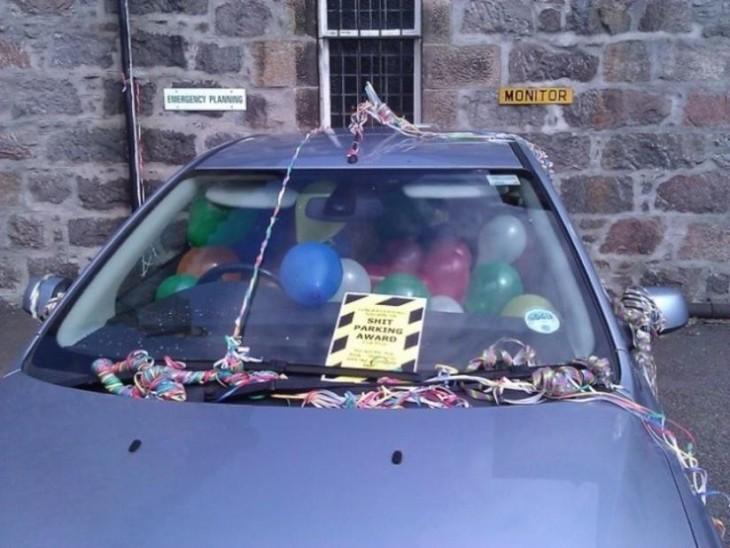 Carro con globos premio por mal estacionarse