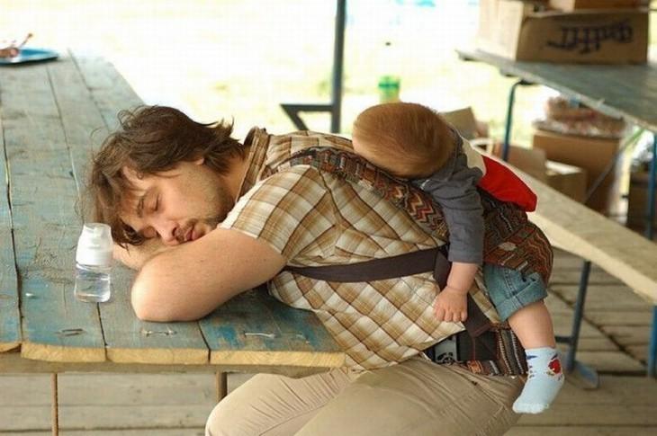 papá y bebé dormidos