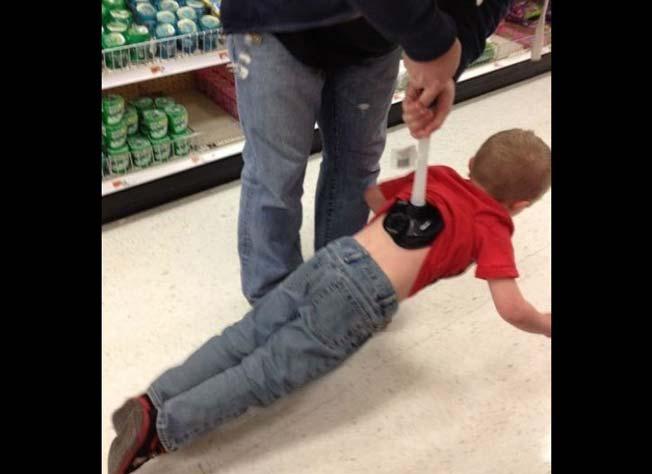 papá levanta a su hijo del suelo con un destapacaños