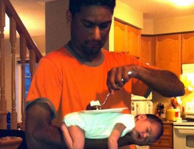 papá usa a su bebé como mesa mientras duerme