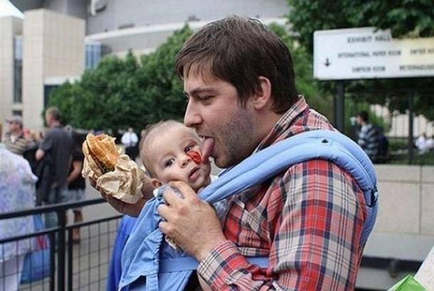 papá lame salsa catsup de cara de su bebé