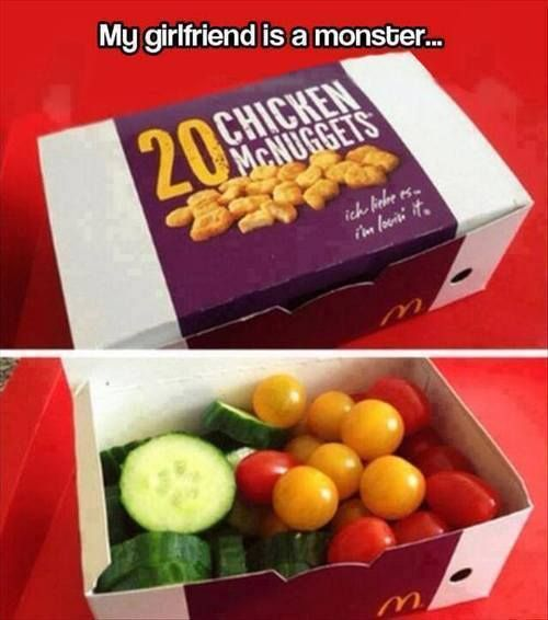 caja de mcnuggets con verduras adentro
