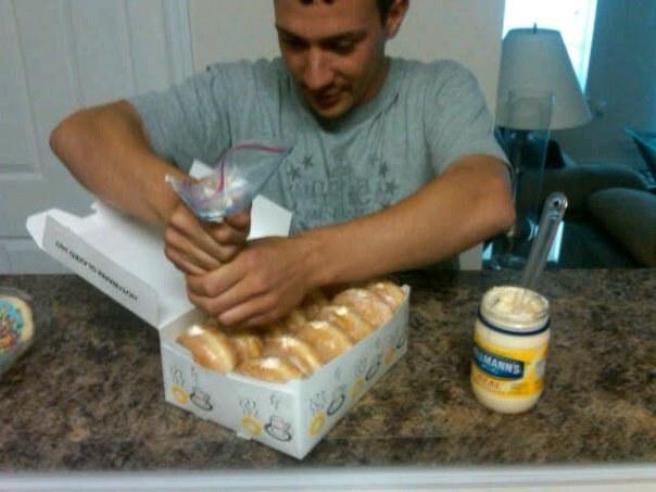 hombre rellenando donas con mayonesa