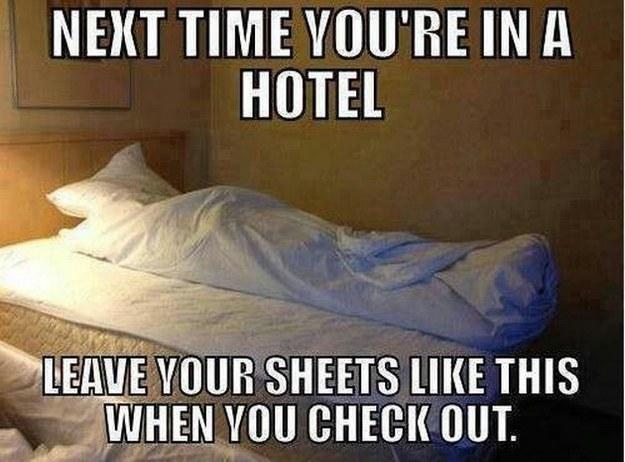 sabanas de hotel acomodadas como si hubiera alguien muerto