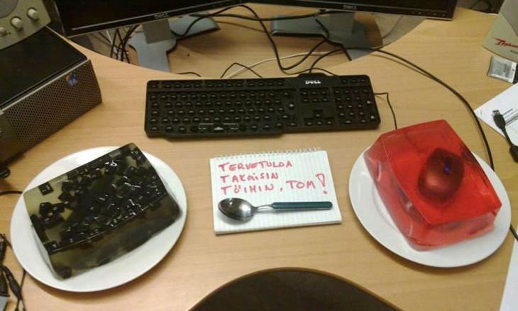 gelatina con las teclas de un teclado adentro y otra gelatina con mouse adentro