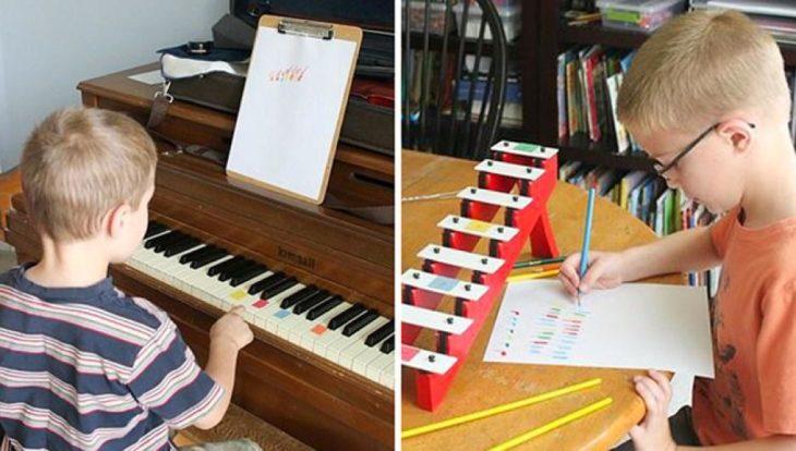 niños aprendiendo a contar con barras de colores sobre teclas de un piano