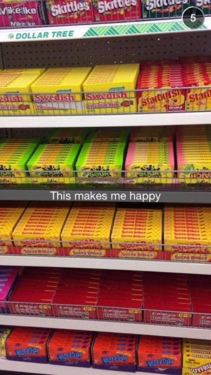 imagen de un estante de dulces perfectamente organizado