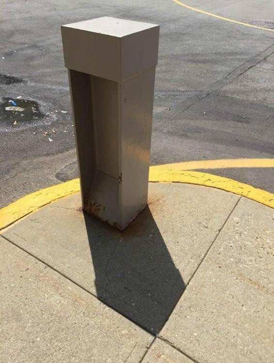 sombra de un señalamiento de tránsito encajando perfecto en la banqueta