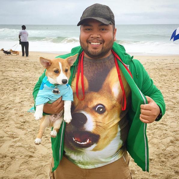 dueño de corgi en la playa con playera de corgi