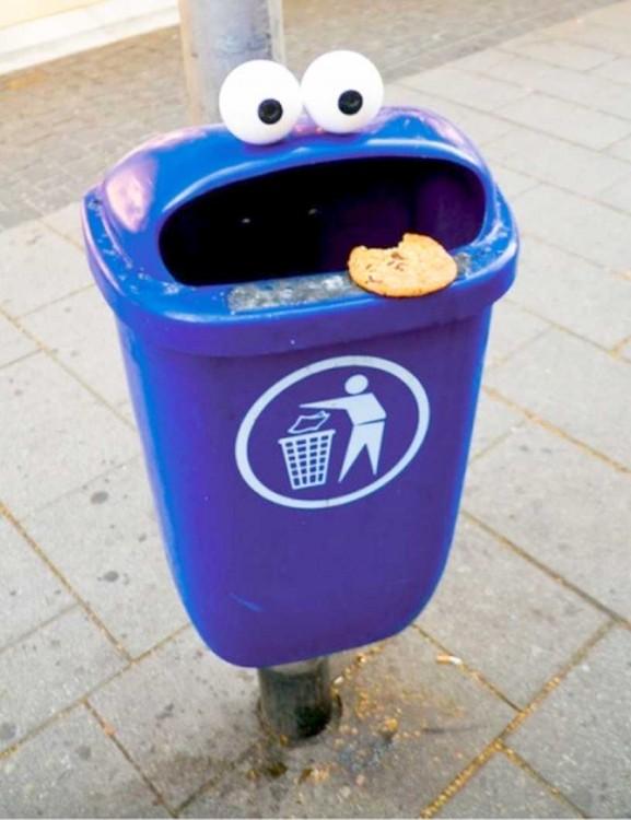 bote de basura con el diseño del monstruo come galletas