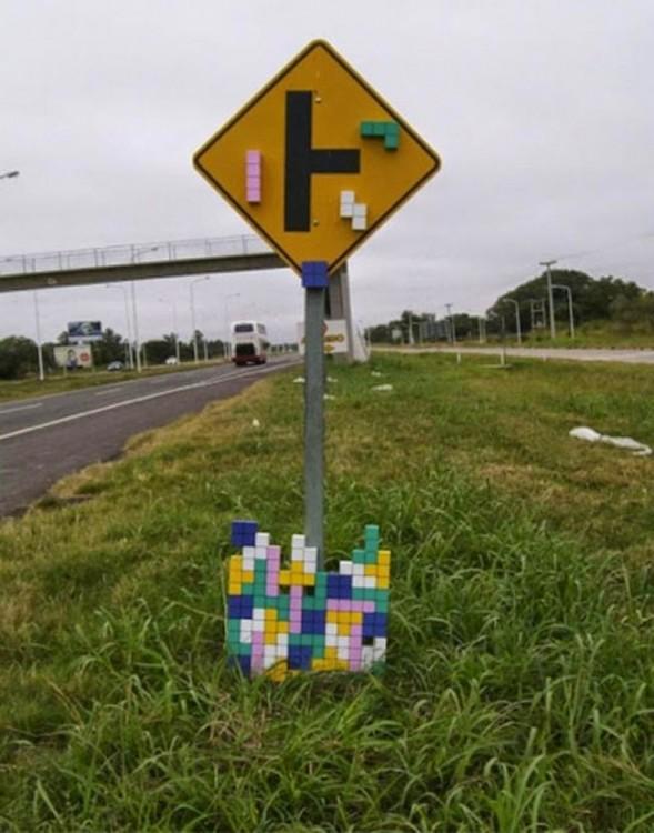 señalamiento de tránsito con diseño de tetris