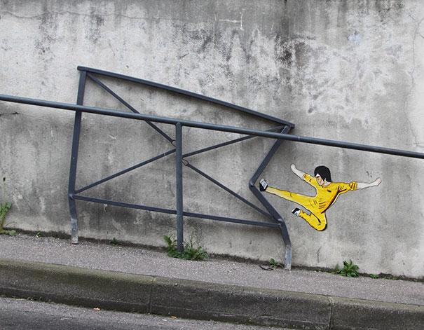diseño de Bruce Lee dando una patada a un barandal en la calle