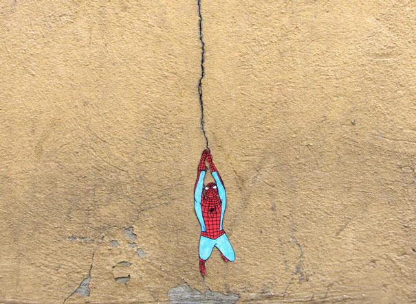 diseño de Spiderman colgando de una grieta en la pared