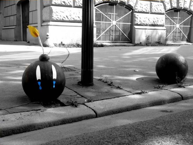 señalamiento de una calle con el diseño de una bomba
