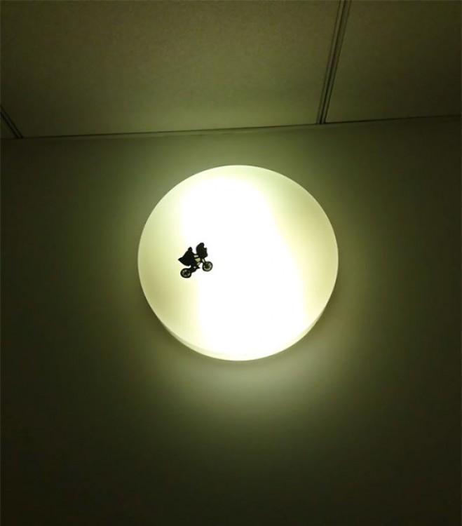 diseño de E.T. sobre una luz de baño.