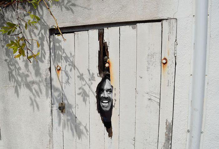 una puerta con una pequeña abertura con la cara de Jack el malvado de El Resplandor