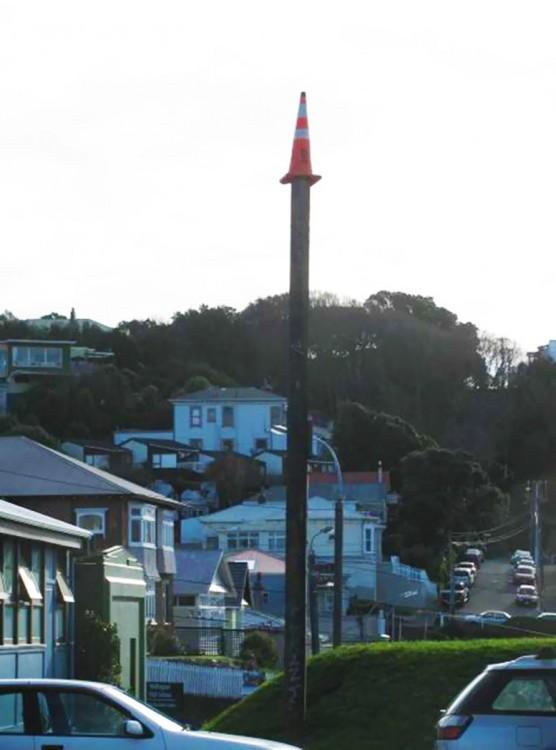 señalamiento de transito arriba de un poste