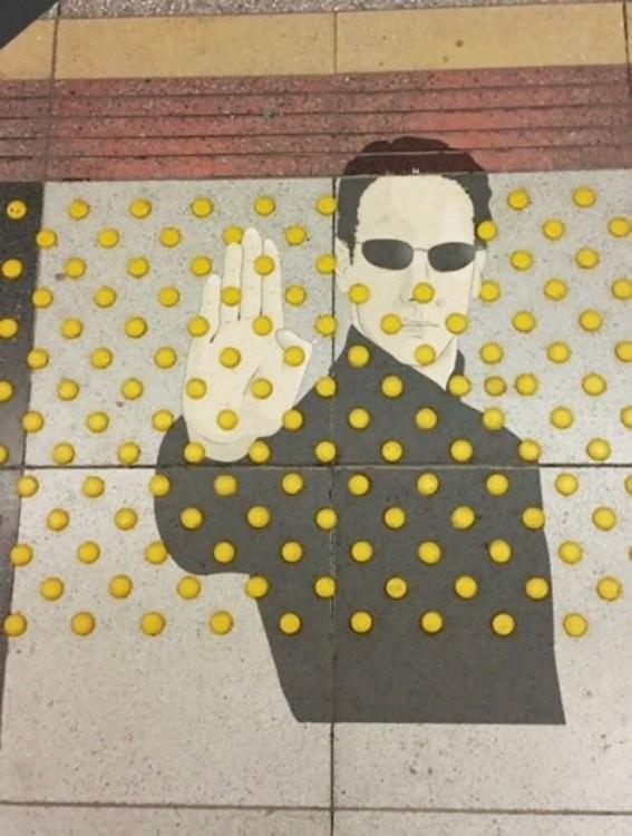 dibujo de Neo el de Matrix en una banqueta