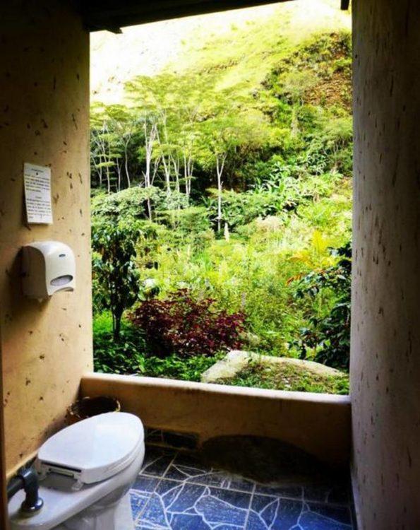 increíble diseño de baño frente a la naturaleza en Perú
