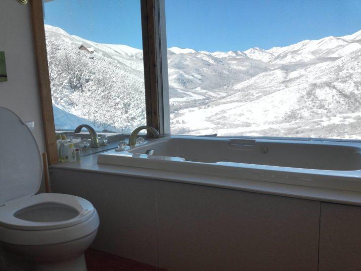 baño con vista a un lugar nevado en en Midway, Utah