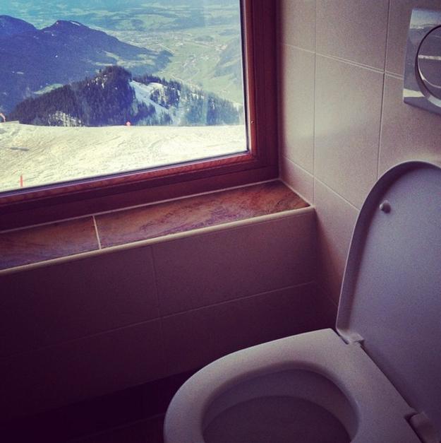 baño lujoso en la cima del acantilado en Austria