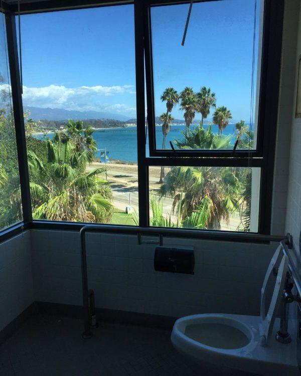 increíble baño frente a un paisaje tropical en Universidad de California, Santa Barbara