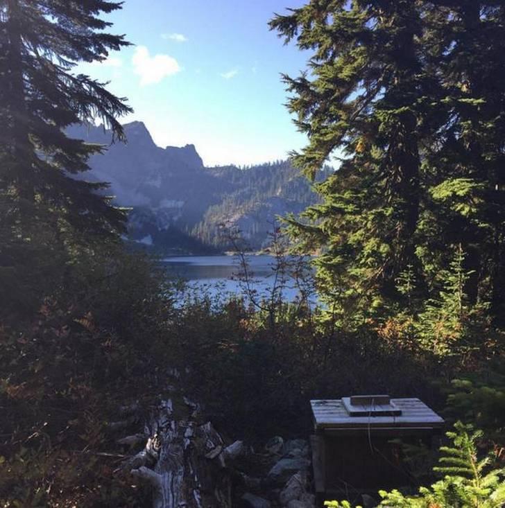 baño frente al lago aislado en Snow, Washington