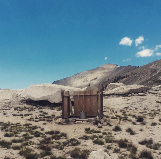baño en medio de lago Monarch en California