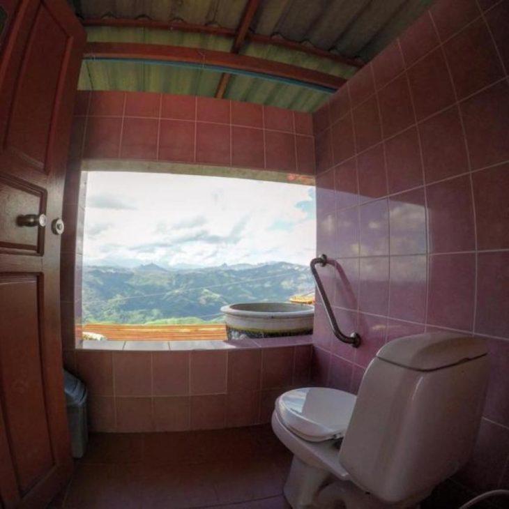 baño lujoso frente a una montaña en Laos